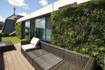 dekoratyvinė sienelė, dirbtinė žolė, dirbtiniai augalai, namo aplinka